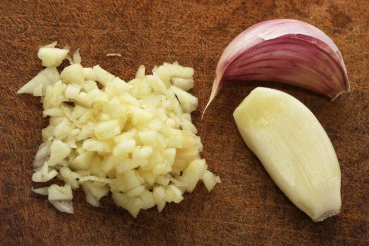 allicin fresh raw garlic